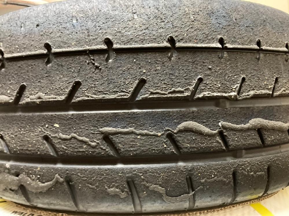 中古で購入したホイールに着いていたタイヤが、画像のような溶けたゴムが付着しているような状態になっていました。 6年前のタイヤなので交換するつもりではありますが、この状態がどういうことなのか気になったので質問させて頂きます。 よろしくおねがいします。