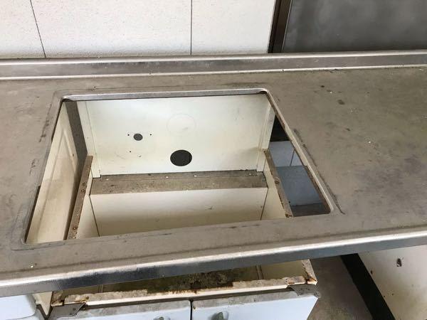 キッチンの天板(多分ステンレス)を切断したいです。 キッチンの入れ替えで新しいキッチンがビルトインコンロの仕様でした。 テーブルコンロを使用するためコンロの部分だけ切断したいのですが、自分でできるのでしょうか? レシプソーで切れますか?? 切断面は元々の端っこの部品を外してあるので、それをつける予定です。
