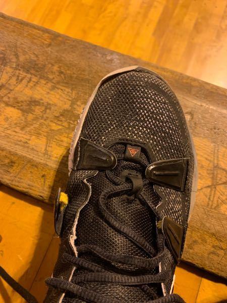 バスケのバッシュについてです。 写真のように紐を結ぶところが外れてしまいました どのように補強したら良いでしょうか それとも靴を買い替えるしかないですか?