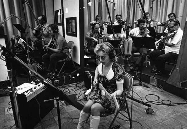 ビーチボーイズのレコーディング風景の写真らしいのですが、手前のベースギター 弾いてる女性は誰ですか?ついでにこの写真の詳細など