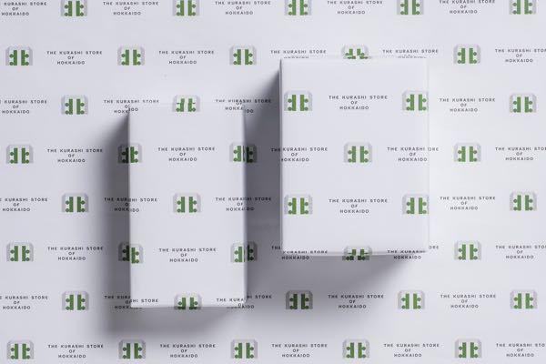 画像のようなロゴマークなどを作った時のパッケージ類(紙袋や包装紙など)によるブランディングはどのようなソフトを使って作成しているのでしょうか、、