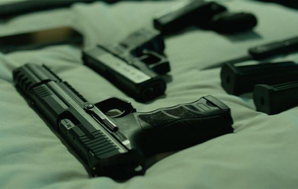 暗殺者が主人公の映画やゲームで、出撃前とかに持っていく武器や道具を並べるシーンがありますが、これの元ネタはありますか? 下の写真はジョンウィックのシーンです