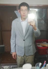 このテーラードジャケットは大きすぎますか?シャツは大きすぎるのは分かります。
