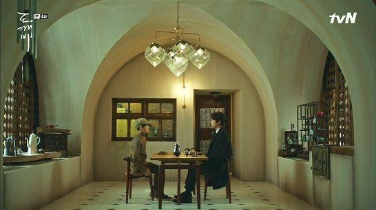 韓国ドラマ(トッケビ)で使用されたこちらの照明(シャンデリア?)について ご存じの方がいらっしゃいましたら教えてください。 美術スタッフがアメリカで購入したもののようです。 アメリカのインテリア...