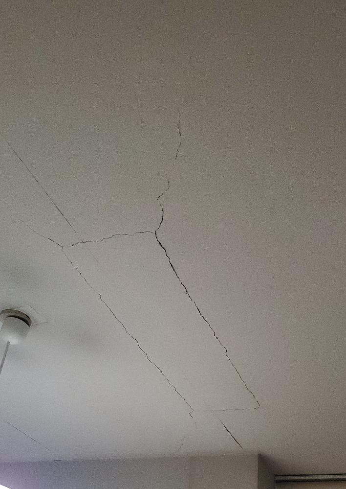 築30年、マンション二階のリビングの天井中央にヒビがあります。 ヒビには良いもの悪いものがあると聞き、後日専門家に相談する前にこちらで有識者の方にご意見伺えないかと思います。 先日の震度5の地震後、気持ち広がった気がするので心配です。