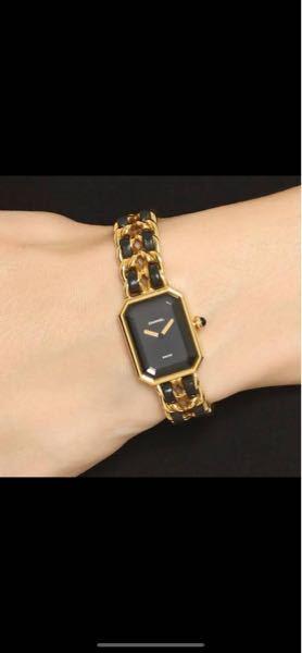 シャネルのヴィンテージ、プルミエールの腕時計のデザインが好きで、お値段もお手頃なため買おうか迷っています。黒とゴールドのやつです。ですがぱっと見ですぐにヴィンテージと分かるし、中古品しか買えなくて恥ず かしいと思われますか?私の周りはブランド好きな人が多くみんないい時計をしています。 もしくは同じくヴィンテージでも、カルティエのパンテールのほうが中古品と分かりにくいでしょうか?