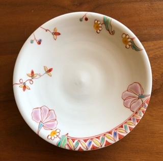 九谷焼の裏印についての質問です。 花柄の小皿に「九谷○○SuN」という裏印があります。(○○はアルファベットなのですが、解読できません。) どこの窯元かご存じの方がいらしたら、教えてください。