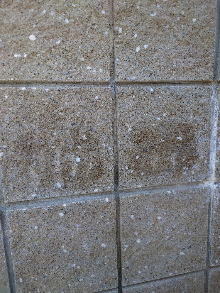 新築を建てたのですが、外壁の化粧ブロックが何個か黒っぽく変色してます。 高圧洗浄機や重曹を溶かした水を塗布しデッキブラシで擦っても取れません。 新築を建てる前から付いてたので施工中に何らかの原因...