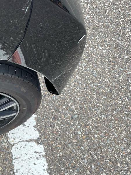 コンクリートの壁にぶつけてしまい、車にこのような傷が入ってしまいました。直す場合、後ろのバンパー?全部を交換することになるのでしょう。また、直す場合、費用はどのくらいなのでしょうか。回答よろしくお願い します。