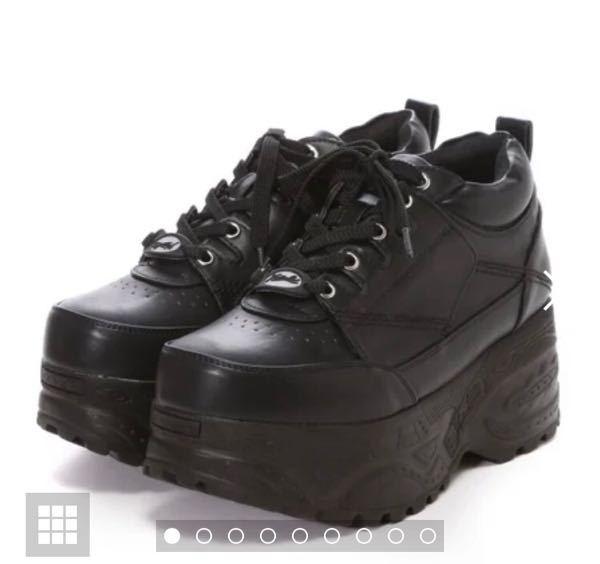 至急です! 女なのですが、大学に厚底スニーカーを履いて行くのはアリですか?ナシですか? 厚底スニーカーは下の画像の物で、ヒールの高さは7cm位あります。 大学1年生で今度から対面授業が始まるのですが、他の方がどのような靴を履いているのかよく分かりません… アリかナシか教えていただきたいです。よろしくお願いいたします。