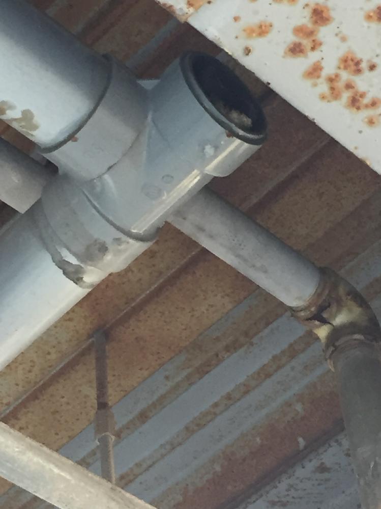 キッチンの床に、水漏れがーーー‼️ キッチンの排水管が詰まってしまったみたいです。現在は、水漏れは止まり、たくさんの水でなければ、通常通りに排水できています。 が… 配管がむき出しなので、自分で掃除をしようと思います。しかし、どの順番で掃除をしたら良いのか??検討がつきません。 どこかで詰まるかもしれないしと、心配です。 ケルヒャーの高圧洗浄機や、ワイヤーのパイプクリーナーや、薬剤とかを準備しています。 やはり、流し台の方から掃除していくのが正解でしょうか? 助言をお待ちしています。 もちろん…業者さんに頼むのが一番だとは思いますし、素人とリスクも承知しております。