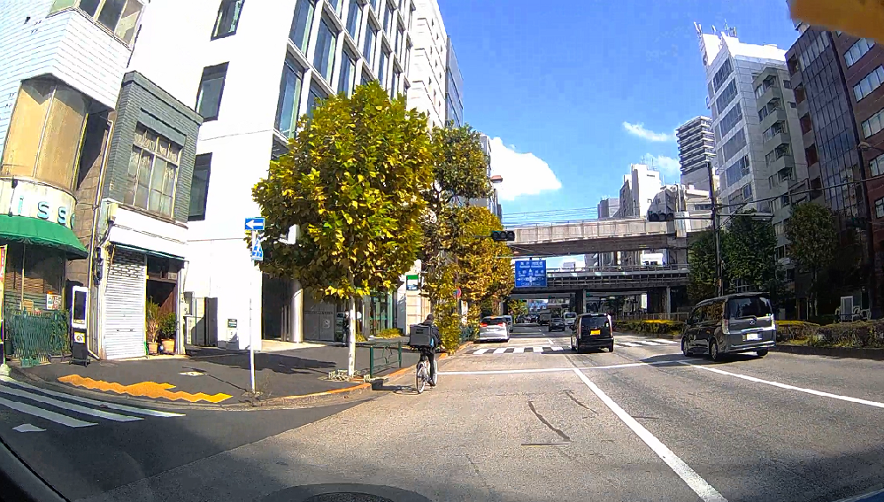 写真の状況だとウインカー出さずに駐車車両を追い抜くのは厳しいですよね?