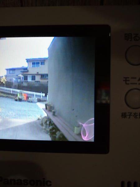 このモニターの右下に映り込んでいるピンクの物体は光の反射でしょうか?詳しい方いらっしゃいましたらよろしくお願いしますm(_ _)m