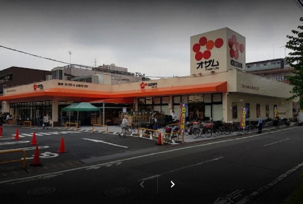 画像は、東京都足立区東綾瀬1丁目26−5 にあるスーパーマーケットのオザム 東綾瀬店でございます。 ・ 以前は、緑色の看板が目立っていた「Santoku」だったのですが、いつの間にか「オザム」に変わっています。 ・ どうしてなのでしょうか。 この方面にお詳しい方からの回答、そしてコメント等をいただければ嬉しい限りでございます。