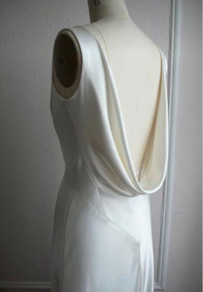 こういうドレープの服の、たるみの部分から前襟に繋がる縫い代ってどのように処理するんでしょうか? 前はラウンドネックです。