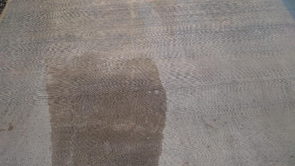 カーポートに土間のコンクリートを施工してもらったのですご、色ムラができてしまいました。画像の色ムラ消えますか?それともこのままでしょうか?