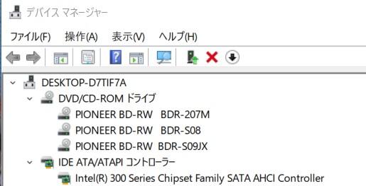 古い光学ドライブでも11で動作する可能性があるのは? 古い光学ドライブ3台を内蔵させた自作PCを使用中。Win10 21H1 PCです。 付属のアプリは使用しません。光学ドライブそのものの動作の話です。SATA接続の古い光学ドライブでも11正式版等、動作検証外のOSで動作する可能性があるのはどうしてですか?10ではデバイスマネージャーにIDE ATA/ATAPIコントローラーと記載がありますが、これが光学ドライブの動作に関係しているのでしょうか?SATA接続の光学ドライブはOSがドライバーを自動インストールしているのですか?教えてください。