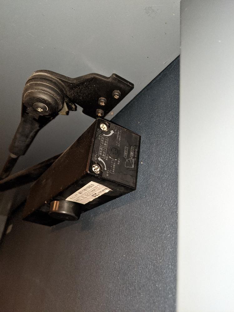 玄関扉のクローザー調整「評価願います」 建築後15年近く経ち、ラッチや戸当りのヘタりもあり、閉まる際の振動(鉄骨を伝って空間に響く様なもの)が酷く感じてきたので、クローザーの調整をしてみました。 以下調整後の問題です。 一·閉まるまでの時間が遅い。 ニ·調整弁1から2に変わる瞬間のブレーキが強い。 三·2から最終領域への変化が感じられない。 ちなみにラッチング角度調整弁は触っておりません。 仕上がりの評価とご指摘をお願い申し上げます。 以下動画リンク先です https://d.kuku.lu/5b12ad033