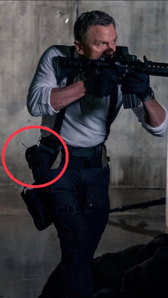 ミリタリー系の質問です。 007最新作でボンドが腰に付けているものはなんですか?(写真の赤マル) レッグホルスターとは別に腰にもホルスターを付けているのでしょうか? 教えて下さい。