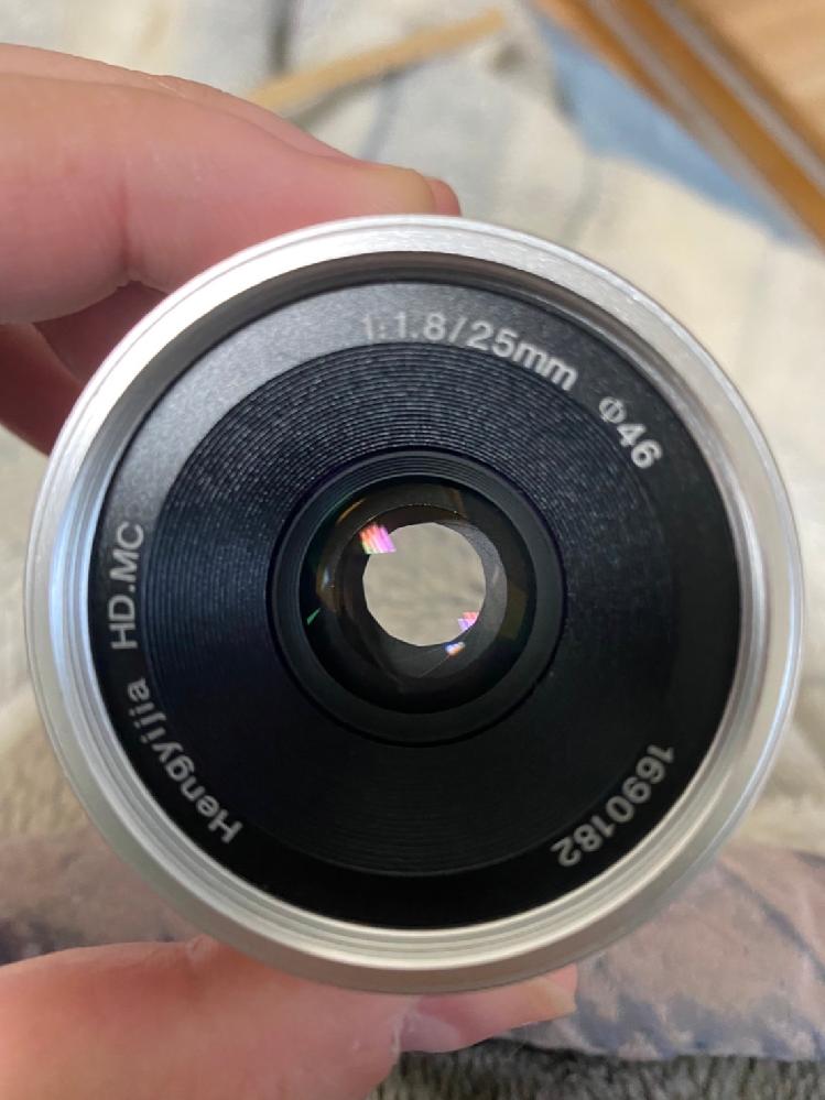 新しく単焦点レンズ(サイドパーティレンズ、写真のもの)を買ったのですが 何故かシャッターボタンを押しても反応せず写真が撮れませんどうしてでしょうか? 最初からついてるズームレンズでは撮れるのですが、単焦点の方に変えると撮ることができません。 カメラはX-A3です