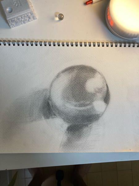 デッサンの質問です。 ビー玉を描きましたなんとなくのっぺりした感じになるのは何故ですか?また、どこを意識すればいいか教えてください。