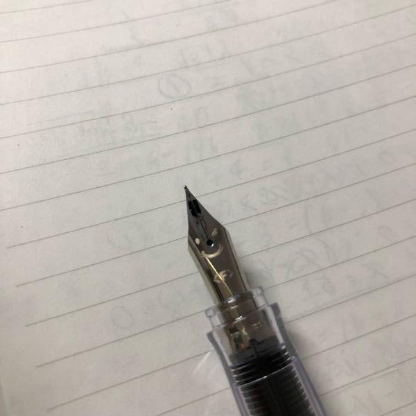 至急です!!!! kakuno というpilotの安い万年筆です。 ペン先の上?のところからインクが出てきます。 何故でしょうか?拭こうとしてもインクがドバーーっと出てきてしまって上手く拭けま...