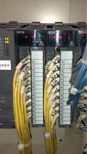 PLCについて教えてください。 ラダー図を見ると、X1 X2と割り振られてますが、 それは、一般的にはここに書いてある線の番号のことですか? また、線の番号とPLCのモニターに表示されている番号、アルファベットは関係していますか? 線から来た信号はどこに帰ってきてるんですか?
