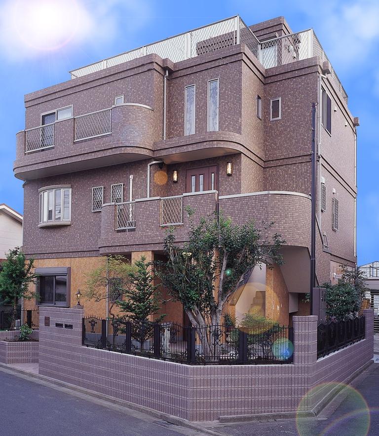 鉄筋コンクリートの家価格、建築費? 画像のような3階建て家だと価格はどれくらいですか? 部屋数は5部屋くらい 地域大きさ部屋数によって違うのは分かりますが、だいたいで?