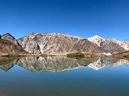 明日は快晴ですが上は0度くらいになるらしく。でも、唐松岳、登ろうかなと。ズボンが夏用の薄手しかないのですが、ストームクルーザーを上から履いたほうがいいのでしょうか? . 山頂で卓球はできますか? . 画像は初冠雪のイメージ(参考画像)。