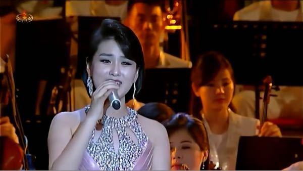 画像の北朝鮮の女性歌手の名前がわかる方はいらっしゃいませんか?朝鮮労働党第6回細胞書記大会記念公演の中で混声重唱「我が党に永遠に従おう/우리 당 영원히 따르리」を歌った歌手の一人です。名前を知りたいの ですがわかりません。どなたかわかる方がいらっしゃれば教えていただきたいです。