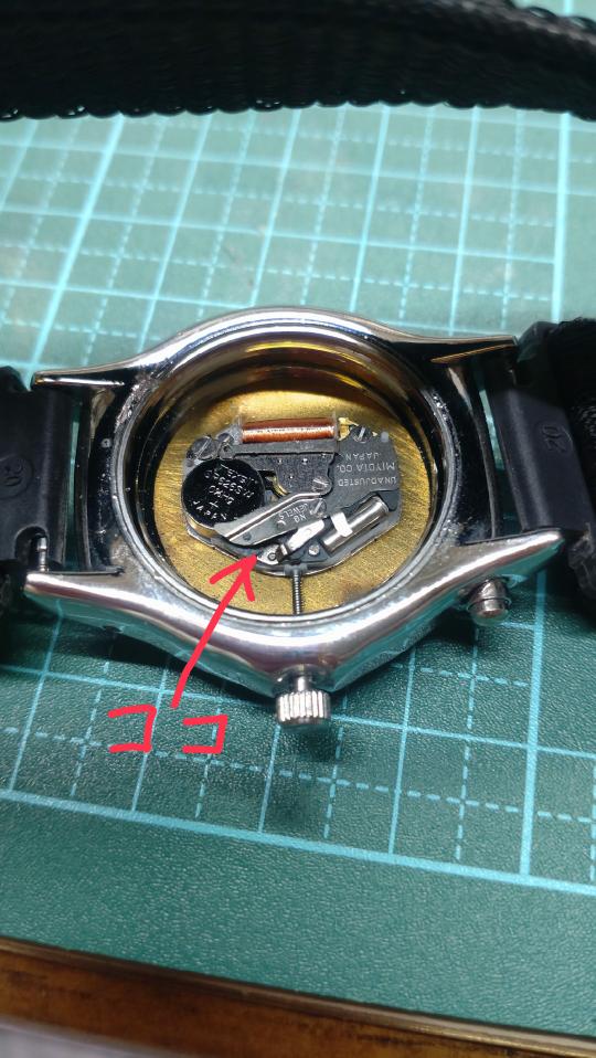 腕時計のリューズの抜き方を教えて下さい。J-AXISです。 過去に似たような質問があってその回答では写真の赤い矢印の辺りの溝を押しながら抜く…とありましたが、どんなに押しても抜けません(T_T) 場所が違うのでしょうか? それとも溝というのが、窪みではなく金属の板と白いプラスチックの板の間の事なんでしょうか…??