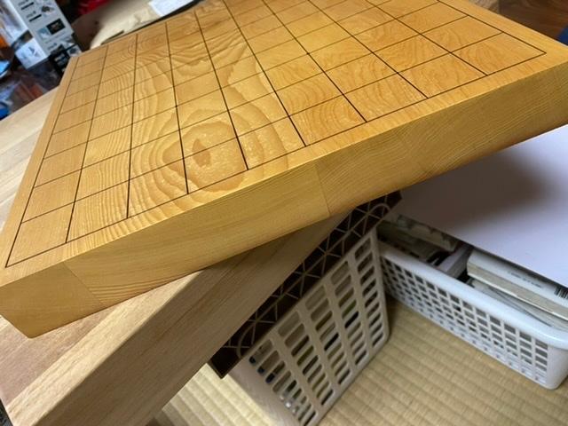 こちらの碁盤の材質がわかりません。写真を見てわかる方いますか?いましたら意見をください。裏目には何もかかれておりません。