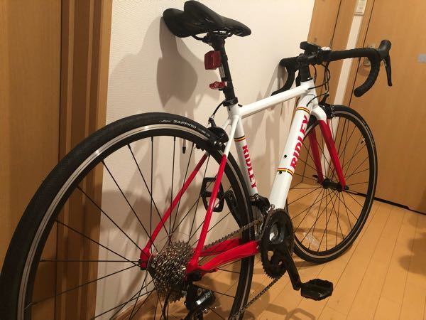 この自転車は初心者向けですか? ロードバイクデビューでリドレーヘリウムslaという自転車を購入しました。 定価13万円がクリアランスセールで9万円になってました。 ギア?のメーカーはsolaです。 初ロードバイク購入であまりよく分からずお得そうだと思い購入しました。身の丈に合ってますか? ご存知の方どのような自転車か、レビューお願いします。