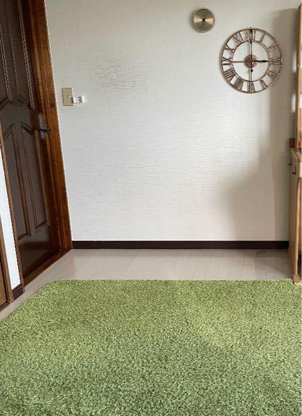 この部屋に合う壁紙を教えてください。個人的には木の板や真っ黒が似合うと思ってます。カーペットが人工芝でカーテンが森なので自然関連もアリかと思ってます