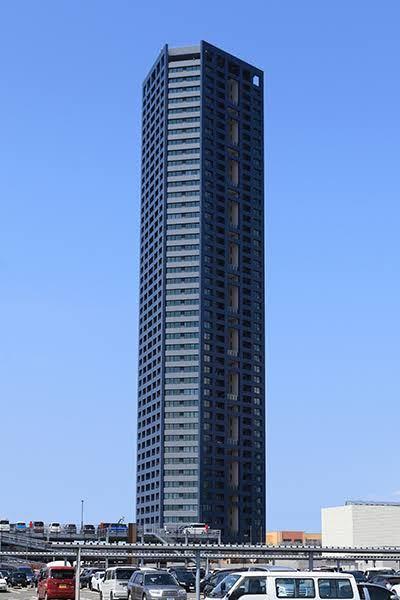 これは福岡市にあるセンターマークスタワーです。 このようなタワーマンションは1棟くらいなら地方都市でも需要は十分に見込めると思います。そこで提案ですが八戸市の都心部に188mのタワーマンションを...