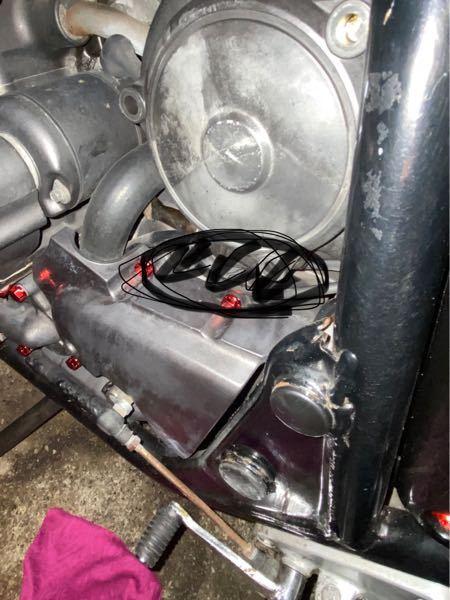 エアクリーナーの入口からキャブクリーナーを添加したところ、丸の辺りから漏れ出てくるのですが原因はなんでしょうか。車種はcb400sf nc31です。よろしくお願いします。