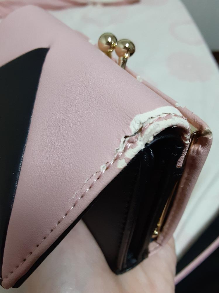 中古で購入した財布がボロボロになりました。 購入時では新品みたいにキレイでしたが、1週間使用しただけでこの有り様です。反対側も同じくらいひどいです。 経年劣化でしょうか? また、修理できるのでしょうか? とても気に入っているため、キレイに直せるのなら直して使いたいのです。