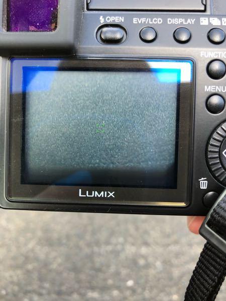 LUMIX DMC-LC1を使用しているのですが、モニターの下に黒い影のようなものが映り込んでしまっており、写真をとっても残ってしまいます。何が原因なのか教えていただきたいです。
