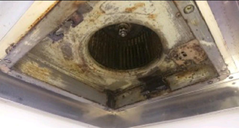 換気扇を周りの金属ごと外そうと思いネジをすべて取ったのですが少し下に下がっただけで換気扇が取り外せません。 このタイプの換気扇は取れないんでしょうか?
