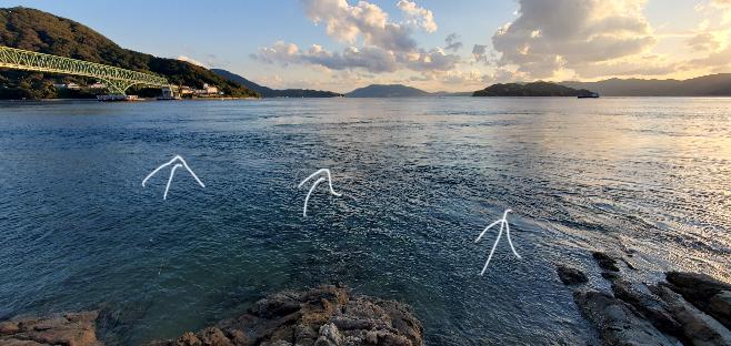 手前の小さい波が激しくなっている部分のすぐ下には岩があるのでしょうか?