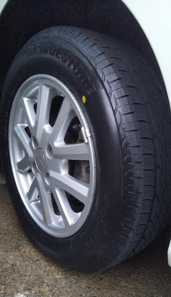 愛車はホンダの2代目フィットですが、タイヤは14インチ(写真)です。何かF1や飛行機のタイヤみたいな感じでダサいです。今の4代目フィットは15インチですが、15インチの方がメリット多いですか?