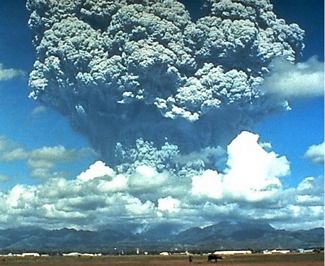 インドネシアのトバ火山が巨大噴火したら、人類は一気に氷河時代に飛ばされますよね? ____________ トバ・カタストロフ理論は、約7万年から7万5千年前に、インドネシアのスマトラ島にあるトバ火山が大噴火を起こして気候の寒冷化を引き起こし、その後の人類の進化に大きな影響を与えたという学説である。 トバ火山が火山爆発指数でカテゴリー8の大規模な噴火を起こした。この噴火で放出されたエネルギーはTNT火薬1ギガトン分、1980年のセント・ヘレンズ山の噴火のおよそ3000倍の規模に相当する。 この噴火の規模は過去10万年の間で最大であった。噴出物の容量は2,000 km3を超えたという(参考として、8万年前の阿蘇山火砕流堆積物の体積は600km3であった)。 トバ・カタストロフ理論によれば、大気中に巻き上げられた大量の火山灰が日光を遮断し、地球の気温は平均5℃も低下したという。劇的な寒冷化はおよそ6000年間続いたとされる。