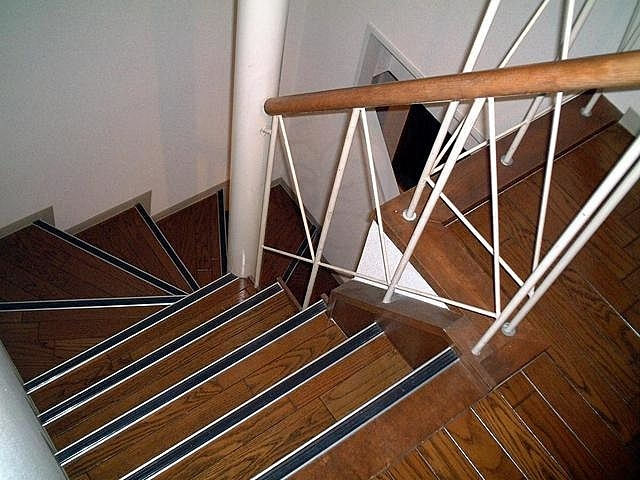このような階段に転落防止のためにベビーゲートをつけることは可能でしょうか。またつけることができない場合の対策はどのようなものがありますか。