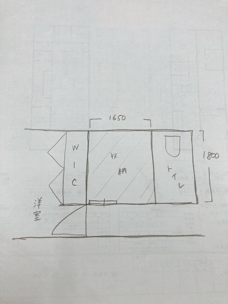 廊下収納について 今間取り検討中で、廊下にスペースがあるため、横幅1650、奥行き1800のWICにしていますが、この中途半端なサイズの収納は使いにくいでしょうか? 廊下収納なので扇風機や加湿器など季節モノ、布団収納、掃除用具など考えています。奥行きのある収納は使いにくいと聞くのですがサイズを縮めるならどれだけ縮めたら使いやすいのか、、、アドバイス頂ければと思います。 可能であれば縮めた分トイレを広くするか、更に画像の右側が玄関ホールなので玄関ホールを広くしたいと思っています。