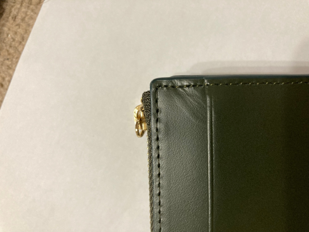 革の財布の縫い目のシワ 画像のようなシワは、革製品であれば当然のものですか? 商品の不良ですか? よろしくお願いします。