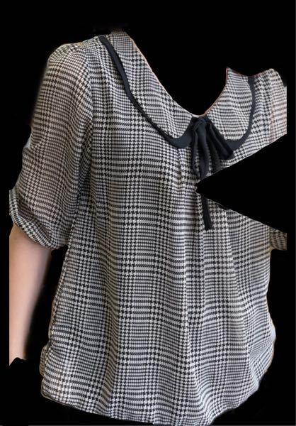 至急お願いします! この写真の服を探してます! なんて言う名前の服ですか? わかる方いたら教えて欲しいです! お願いします!