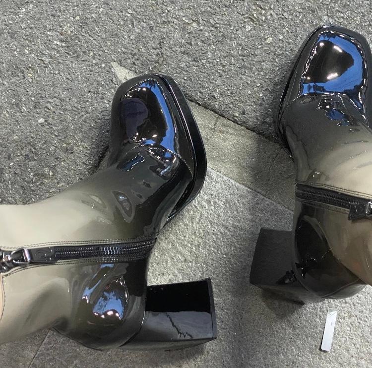 こちらのブーツがどこのものかわかる方おられますか??