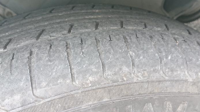 タイヤの交換についてです。ガソリンスタンドで空気圧を見てもらった時にタイヤの溝はまだあると言ってましたが、画像の通り小さいヒビが多いです。このタイヤは交換した方が良いですか?