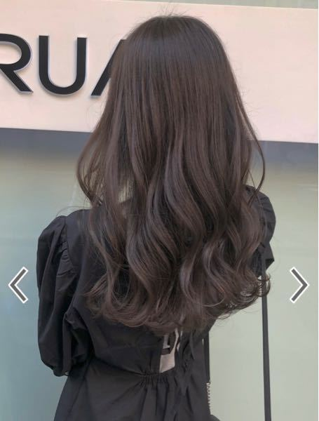 写真の髪の巻き方を教えてもらいたいです! 一回全体を外巻きにしてから、ヘアアイロンで外巻きと内巻きを繰り返す巻き方ですか?
