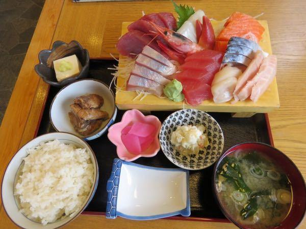高級刺身定食(鯛、マグロ、いくら、うに、帆立等)と中森明菜 どちらが好きですか??